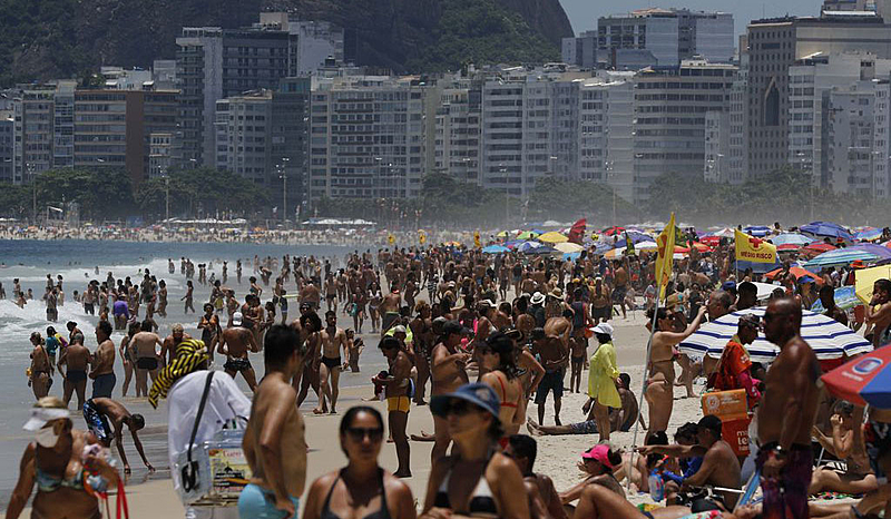 Rio de Janeiro RJ 31 12 2020-Praia movimentada no Leme no último dia do ano, apesar das restrições e fiscalização da Prefeitura, e do cancelamento da festa de Réveillon fto Fernando Frazão -Agencia Brasi
