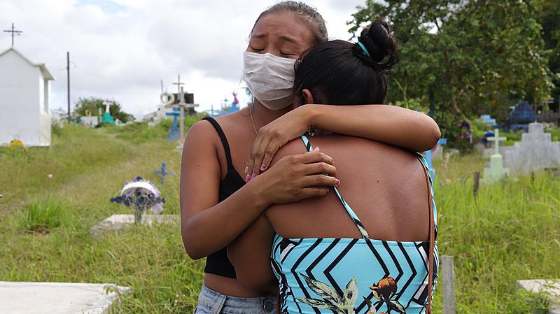 Enterros de indígenas mortos pela Covid-19 em São Gabriel da Cachoeira no cemitério Parque da Saudade, familiares de Felisberto Cordeiro (Foto: Paulo Desana/Dabakuri/Amazônia Real/09/05/2020)