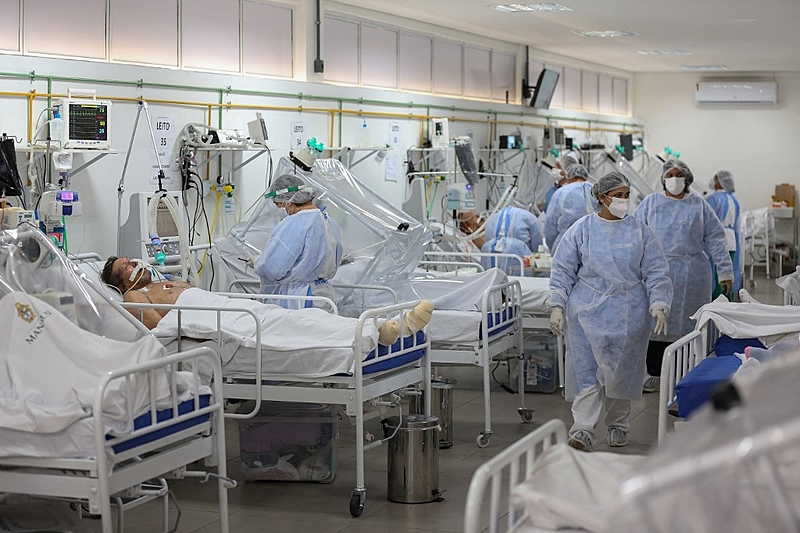 Health workers and patients remain in the Intensive Care Unit for COVID-19 of the Gilberto Novaes Hospital in Manaus, Brazil, on May 20, 2020. – Brazil has seen a record number of coronavirus deaths as the pandemic that has swept across the world begins to hit Latin America with its full force. (Photo by MICHAEL DANTAS / AFP)