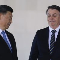 Ataques de Bolsonaro à China atrasam ainda mais a vacinação no Brasil, critica médico